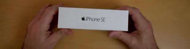 Youtuber opent eerste iPhone 5 SE doos.